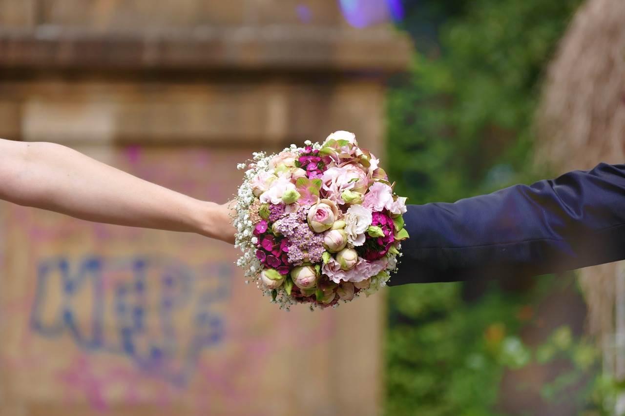 3d9913551ce5 Tradizioni  il lancio del bouquet - Weddings