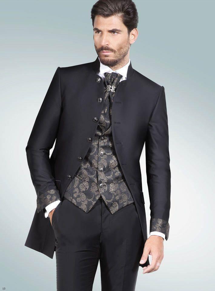 62ecd1e00d11 Ma sempre nella collezione Rocchini troverete abiti da sposo originali con  giacche bordeaux e nere damascate