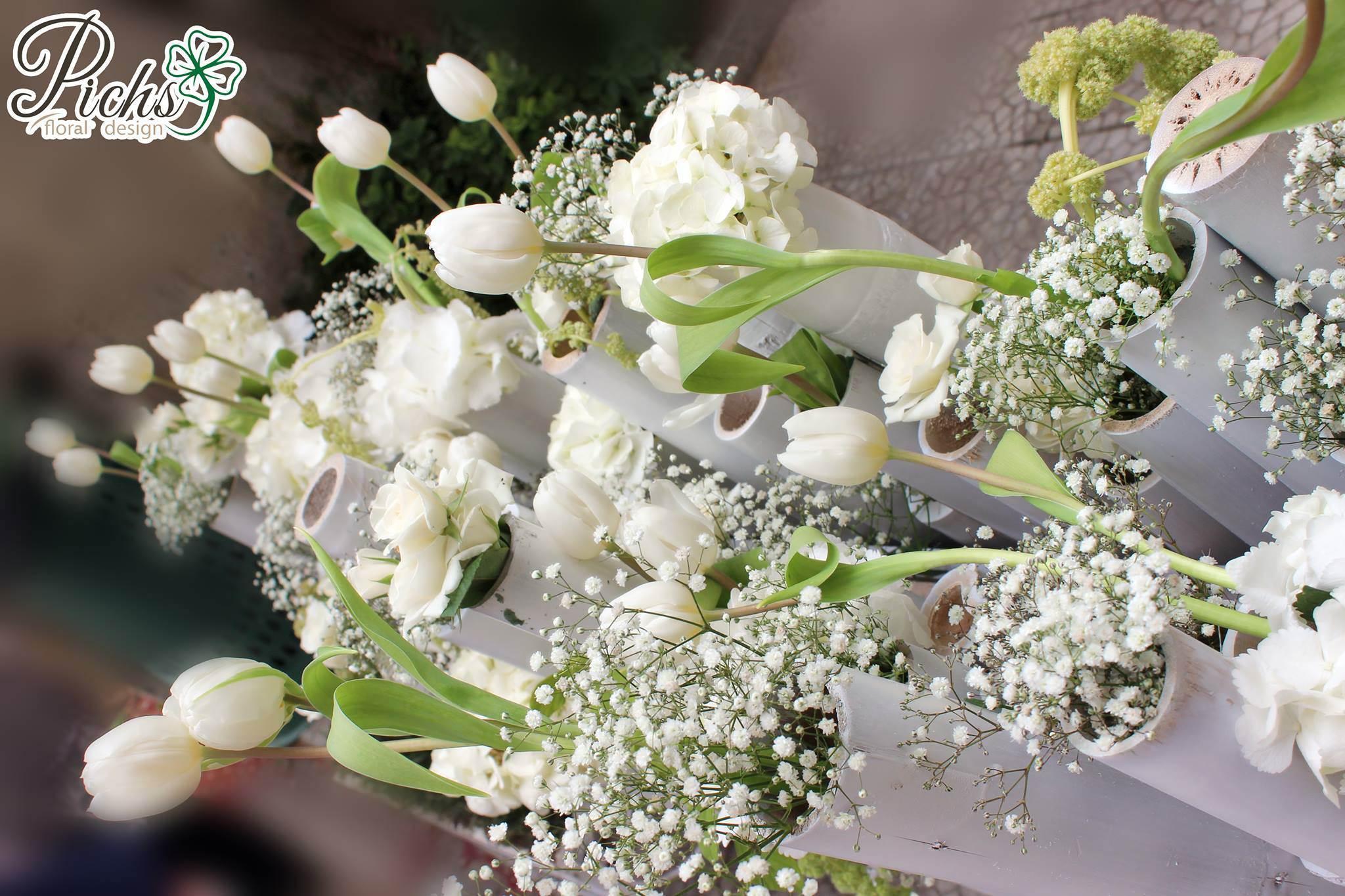 17b625dcdc24 Una composizione di tulipani e calle bianche sarà l ideale per addobbare  l altare in un matrimonio elegante e raffinato.